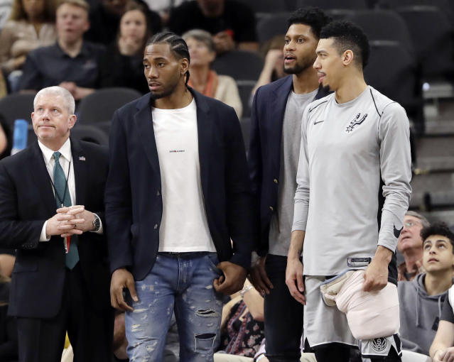 "The Spurs held a players-only meeting to urge <a class=""link rapid-noclick-resp"" href=""/nba/players/4896/"" data-ylk=""slk:Kawhi Leonard"">Kawhi Leonard</a> to return to the lineup in time to make a playoff push. (AP Photo/Eric Gay, File)"
