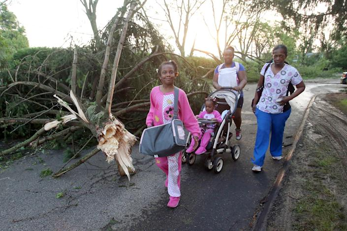 A family leaves their apartment complex in the morning after a tornado touched down overnight in Trotwood near Dayton, Ohio, U.S. May 28, 2019. (Photo: Aaron Josefczyk/Reuters)