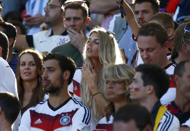 Model Sarah Brandner, girlfriend of Germany's Bastian Schweinsteiger, waits for the 2014 World Cup final between Germany and Argentina at the Maracana stadium in Rio de Janeiro July 13, 2014. REUTERS/Michael Dalder (BRAZIL - Tags: SOCCER SPORT WORLD CUP ENTERTAINMENT)