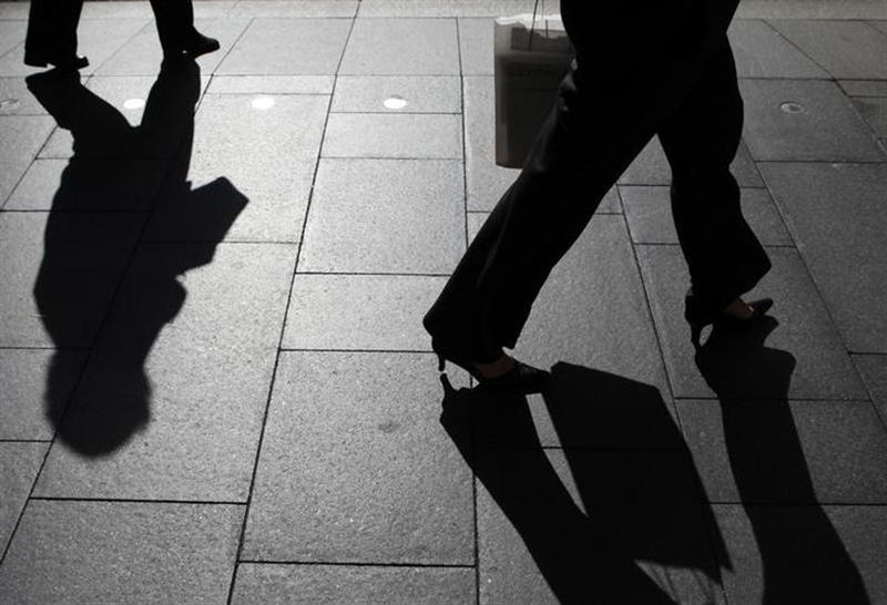 Office workers walk during morning peak hour in central Sydney October28, 2009. REUTERS/Daniel Munoz/Files