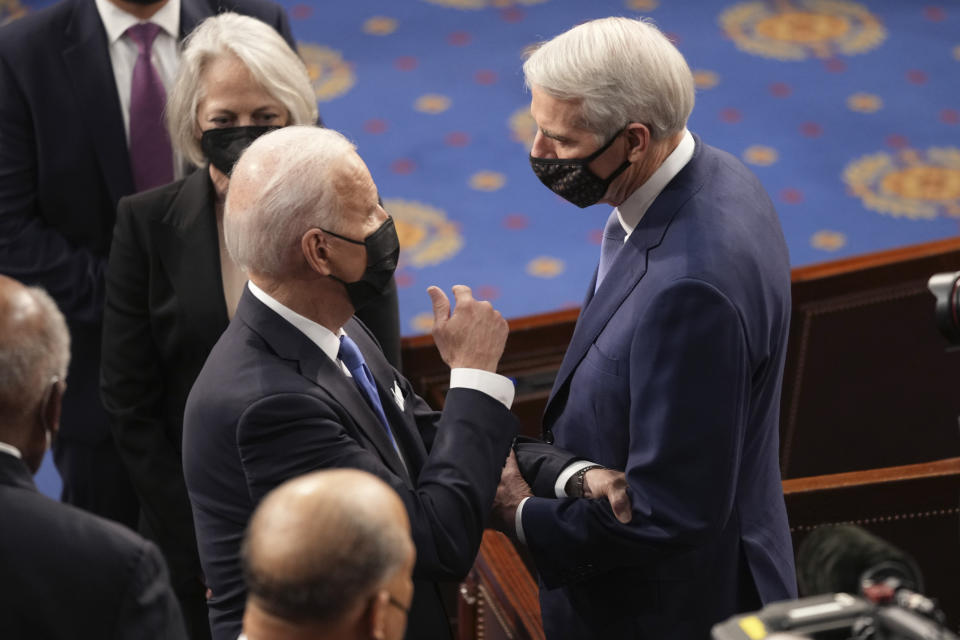 El presidente Joe Biden saluda al senador republicano Rob Portman tras dar su mensaje al Congreso de EEUU. (Doug Mills/The New York Times via AP, Pool)