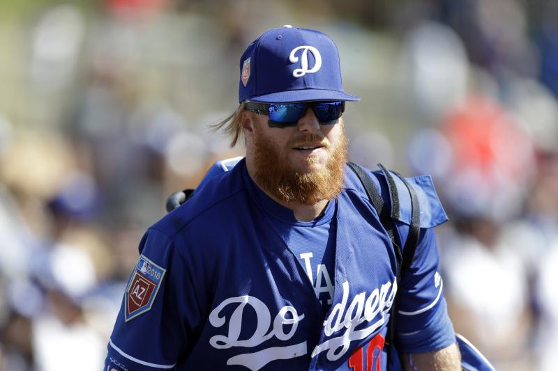 Dodgers 3B suffers broken wrist, reportedly out until May
