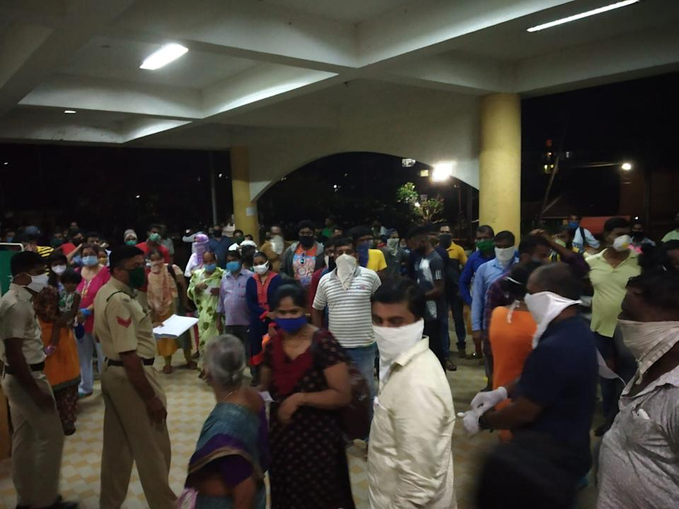 Travellers from Maharashtra waiting to be tested outside the North Goa District Hospital on Thursday night. The wait lasted hours for most of them. Hospital administration had to call police to handle the crowds. On Saturday the Goa government dispatched 40 additional staff to collect throat and nasal swabs. (Photo: Special Arrangement)