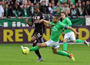 Saint-Etienne's Loic Perrin (R) fights for the ball with Toulouse's Somalia during their French Ligue 1 match, at the Geoffroy Guichard stadium in Saint Etienne, on April 30, 2016 (AFP Photo/Thierry Zoccolan)