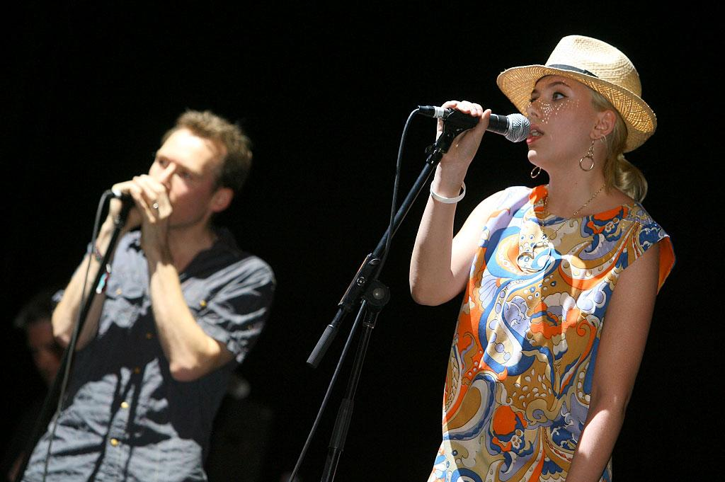 "Scarlett Johansson performs ""Just Like Honey"" with Jim Reid of The Jesus and Mary Chain. John Shearer/<a href=""http://www.wireimage.com"" target=""new"">WireImage.com</a> - April 27, 2007"