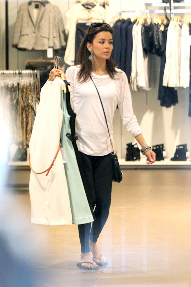 While the rest of the country was getting ready for the big game, actress Eva Longoria spent Super Bowl Sunday picking up some spring dresses with some pals in Miami. (2/5/2012)