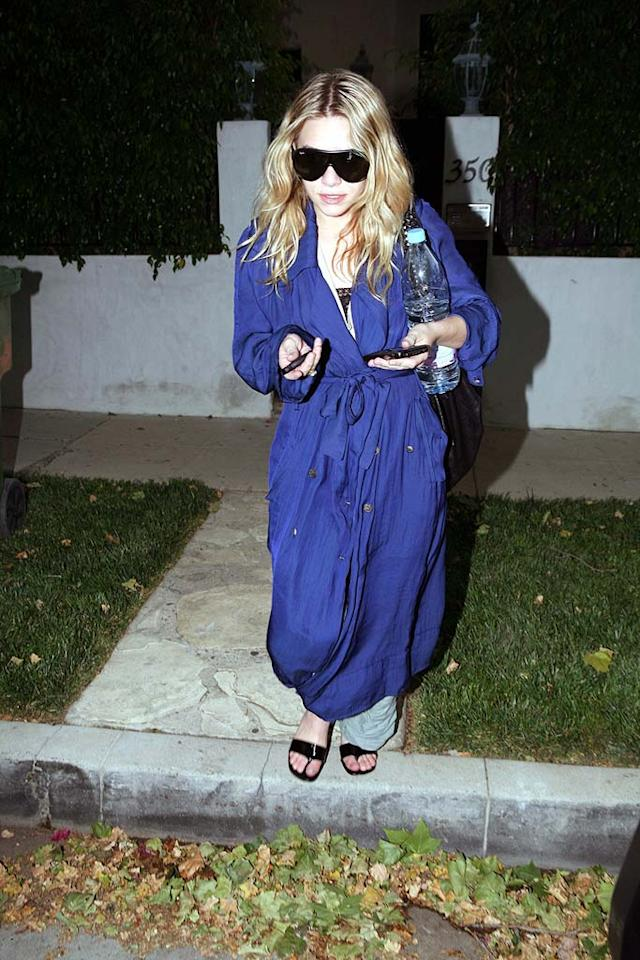 """Mary-Kate Olsen adds a touch of blue to her bag lady look. <a href=""""http://www.x17online.com"""" target=""""new"""">X17 Online</a> - May 22, 2008"""