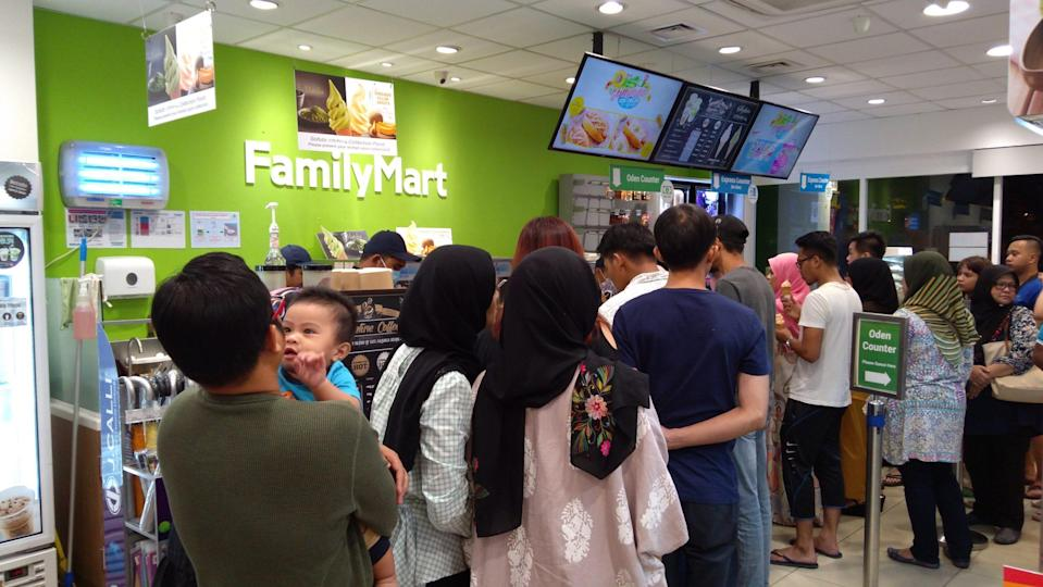 <p>There are often long queues in convenience stores as people rush to squeeze in many errands in one go. (Shutterstock)</p>