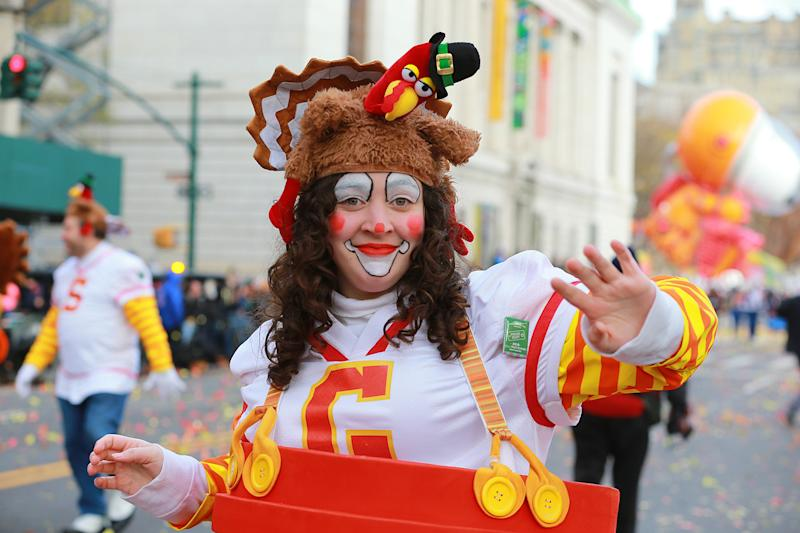 A performer with the Turkey Tech Players & Sports Fans clowns waves to the crowds during the 93rd Macy's Thanksgiving Day Parade. (Photo: Gordon Donovan/Yahoo News)