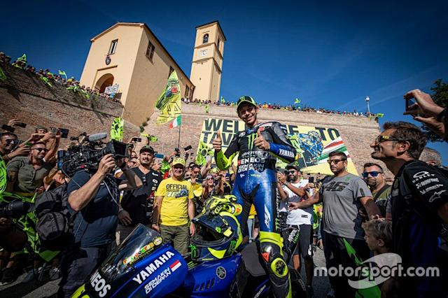 "Valentino Rossi, Yamaha Factory Racing tra il pubblico <span class=""copyright"">Yamaha MotoGP</span>"