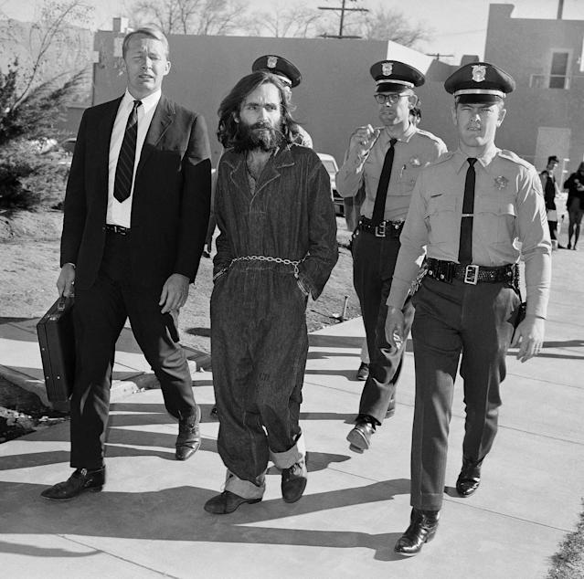 <p>Charles Manson is taken to court in Independence, Calif., Dec. 3, 1969. At left is his public defender, Fred Schaefer. (Photo: Harold Filan/AP) </p>