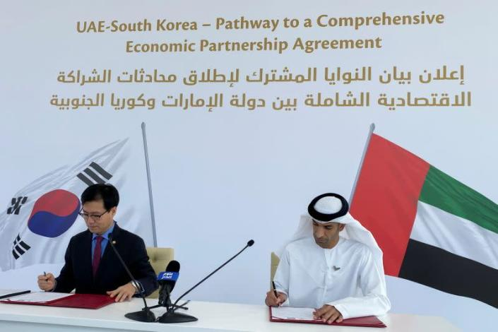 South Korean Trade Minister Yeo Han-koo and United Arab Emirates Minister of State for Foreign Trade Thani Al Zeyoudi sign documents in Dubai