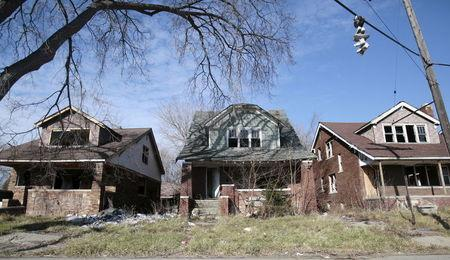 Three blighted, vacant homes are seen in a once vibrant neighborhood in Detroit, Michigan, November, 30, 2015.  REUTERS/Rebecca Cook