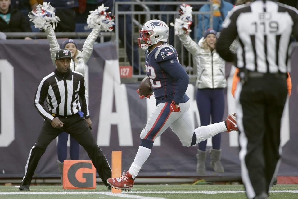 Rumble, big man, rumble: New England Patriots' linebacker'fullback Elandon Roberts scores a 38-yard touchdown catch. (AP/Elise Amendola)