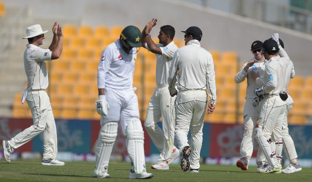 New Zealand spinner Ish Sodhi (C back) celebrates after taking the wicket of Pakistan's Haris Sohail (front L) during the 2nd day of the first Test (AFP Photo/AAMIR QURESHI)