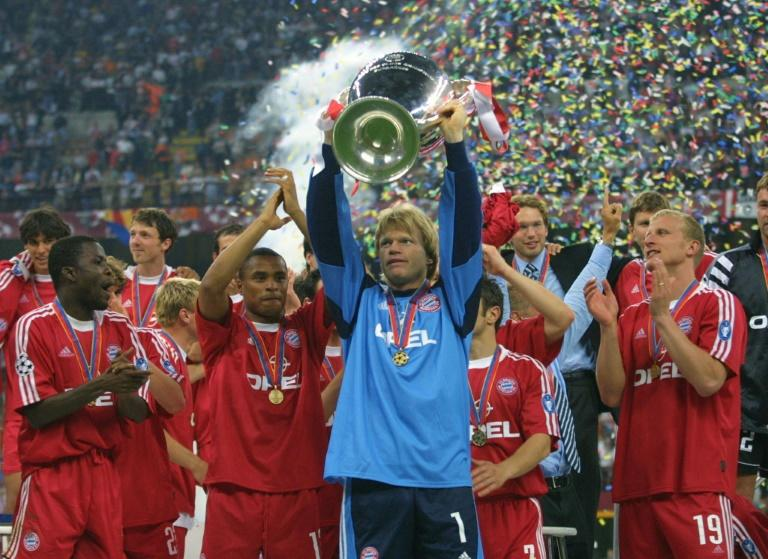 Oliver Kahn lifts the Champions League trophy in 2001