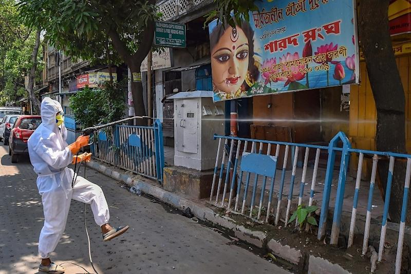 As Curbs Ease, Kolkatans Go Through Mixed Feelings of Relief & Fear; Norms Flouted in Several Places