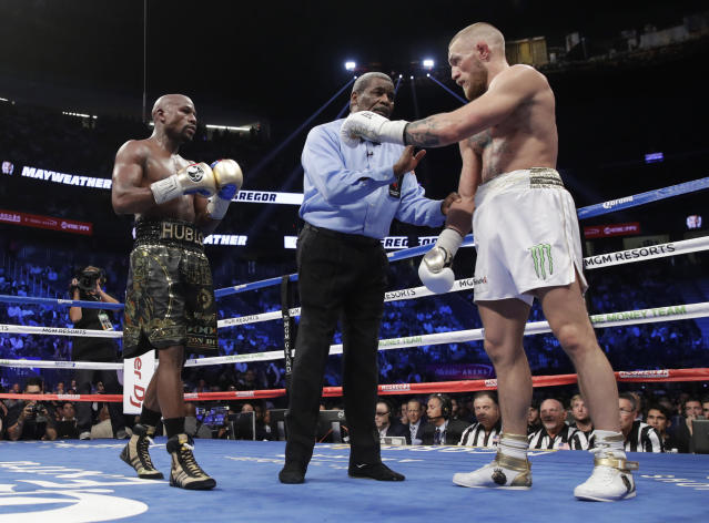 "Referee <a class=""link rapid-noclick-resp"" href=""/ncaaf/players/245784/"" data-ylk=""slk:Robert Byrd"">Robert Byrd</a>, center, gets between Floyd Mayweather Jr., left, and Conor McGregor in a super welterweight boxing match Saturday, Aug. 26, 2017, in Las Vegas. (AP)"
