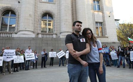 Bulgarian citizen Zhelyaz Andreev, 29, reacts next to his girlfriend during a demonstration against his extradition to the U.S., in Sofia, Bulgaria, April 12, 2018. REUTERS/Stoyan Nenov