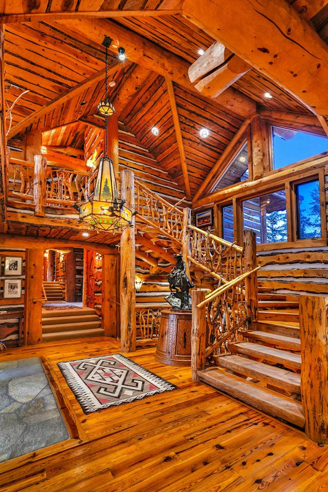 """High-vaulted ceilings and open beamed ceilings help create the feeling of space while keeping the rustic inspiration of a cabin. (<a href=""""https://www.toptenrealestatedeals.com/weekly-ten-best-home-deals/home/mitt-romneys-utah-mountain-ski-home"""" rel=""""nofollow noopener"""" target=""""_blank"""" data-ylk=""""slk:Top Ten Real Estate Deals"""" class=""""link rapid-noclick-resp"""">Top Ten Real Estate Deals</a>)"""