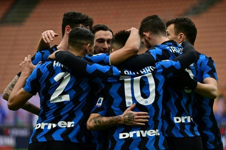 Inter Milan look to push their winning streak to nine consecutive league games in Genoa.