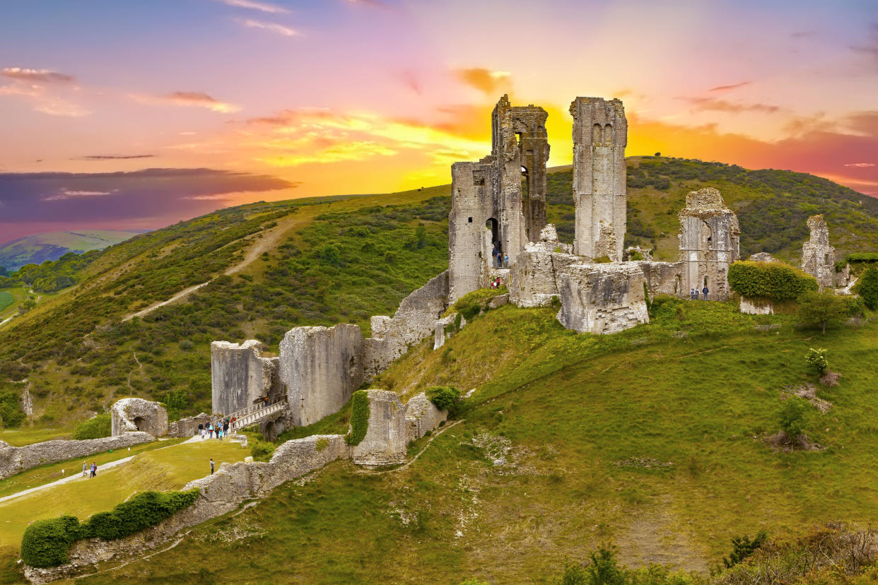 A gorgeous sunset behind Corfe Castle (Getty Images)