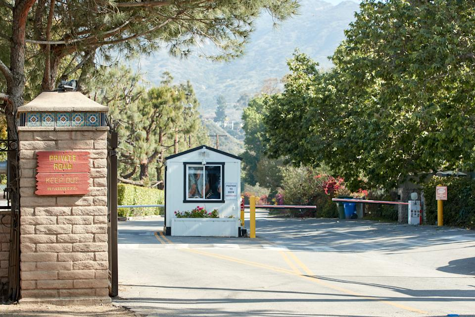 A general view of the guard cabin at the entrance of the gated neighborhood where Meghan Markle and Prince Harry are looking to establish their residence, Serra Retreat in Malibu, California on April 01, 2020. - The pair, who formally stepped down as senior members of the British royal family this week, have reportedly already relocated to sunny California. They are currently rumored to be hunkering down at a compound in Malibu, the exclusive beach community outside Los Angeles long favored by A-listers and movie moguls. (Photo by JEAN-BAPTISTE LACROIX / AFP) (Photo by JEAN-BAPTISTE LACROIX/AFP via Getty Images)