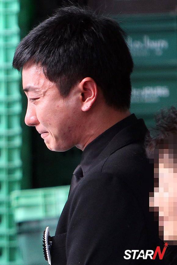 Lee Teuk ends up showing tears at the funeral service of his father