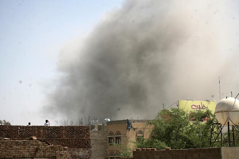 Smoke billows after reported air-strikes by the Saudi-led coalition on the Yemen police academy in Sanaa, on September 8, 2015 (AFP Photo/Mohammed Huwais)