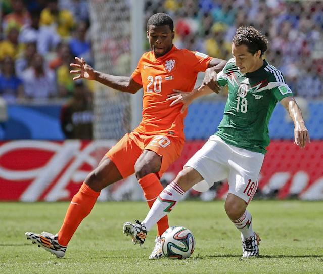 Netherlands' Georginio Wijnaldum holds Mexico's Andres Guardado as they struggle for possession of the ball during the World Cup round of 16 soccer match between the Netherlands and Mexico at the Arena Castelao in Fortaleza, Brazil, Sunday, June 29, 2014. (AP Photo/Felipe Dana)