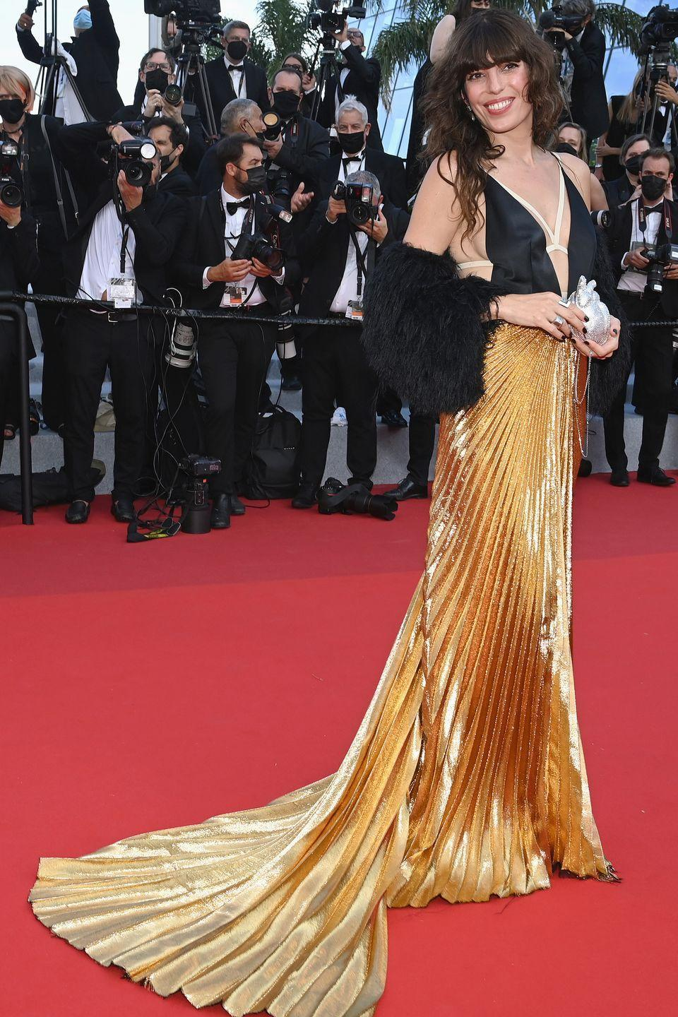 <p>The model brought the drama in a dress with a dramatic gold pleated skirt. </p>