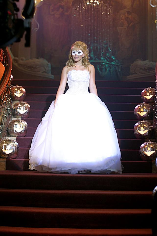 <ul> <li> <strong>What to wear:</strong> A white strapless ballgown, a white lace mask, and pink Converse sneakers. </li> <li> <strong>How to act:</strong> Mysterious. Don't let people know your true identity, and leave the party early. </li> </ul>