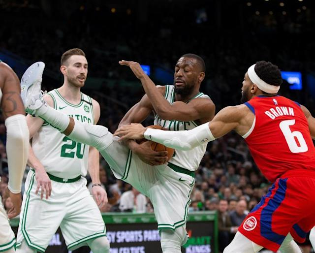 Boston Celtics guard Kemba Walker (C) comes up with the rebound as Detroit Pistons guard Bruce Brown (R) reaches in during the third quarter of the NBA basketball game between the Boston Celtics and the Detroit Pistons at the TD Garden in Boston, Massachusetts, USA, 15 January 2020. (Baloncesto, Estados Unidos) EFE/EPA/CJ GUNTHER