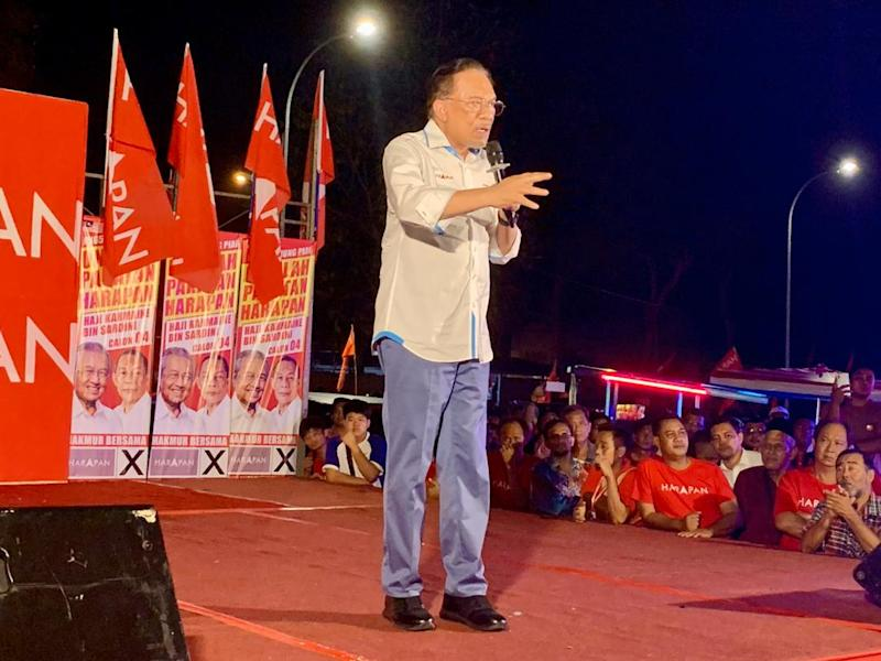 PKR president Datuk Seri Anwar Ibrahim managed to attract a decent crowd at his speeches last night in Tanjung Piai ahead of the November 16 poll. — Picture by Ben Tan