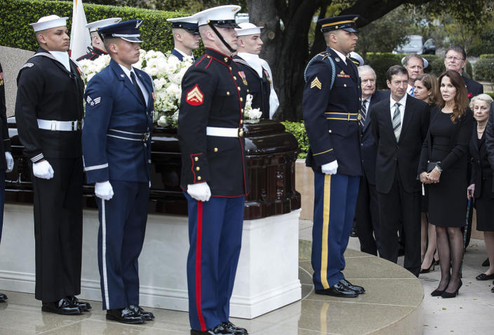 <p>A military honor guard places Nancy Reagan's casket at her gravesite at the Ronald Reagan Presidential Library in Simi Valley, California. <i>(Photo: Brian van der Brug / Los Angeles Times via Getty Images)</i></p>
