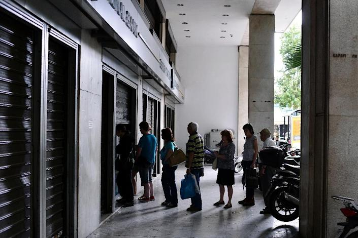 People queue at a national Bank of Greece ATM in central Athens on June 27, 2015 (AFP Photo/Louisa Gouliamaki)