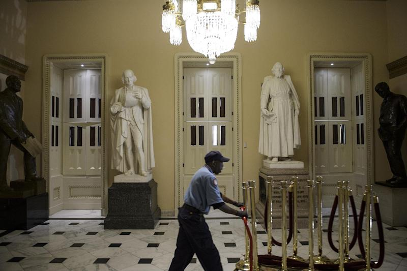 A worker moves barriers before the State of the Union address on Capitol Hill January 20, 2015 in Washington, DC. (AFP Photo/Brendan Smialowski)