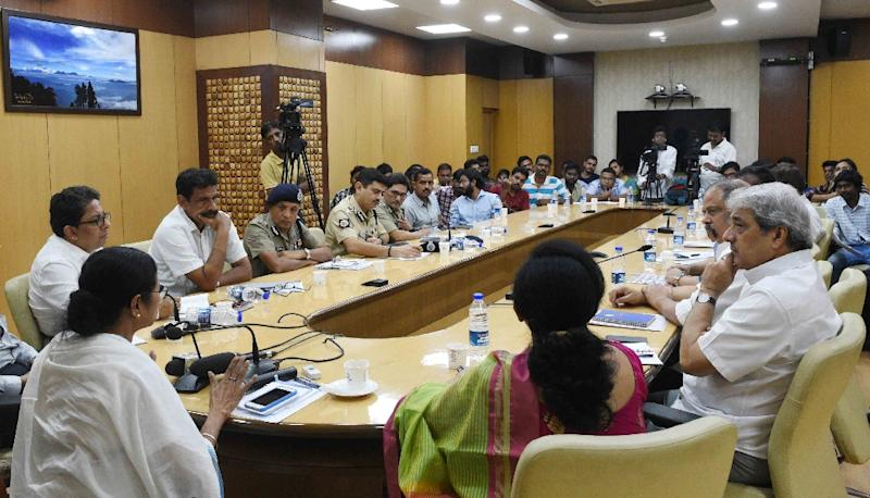 Doctors in West Bengal state called off their work stoppage after Chief Minister Mamata Banerjee (L) met with junior doctors in Howrah, near Kolkata, and promised better security measures (AFP Photo/STR)