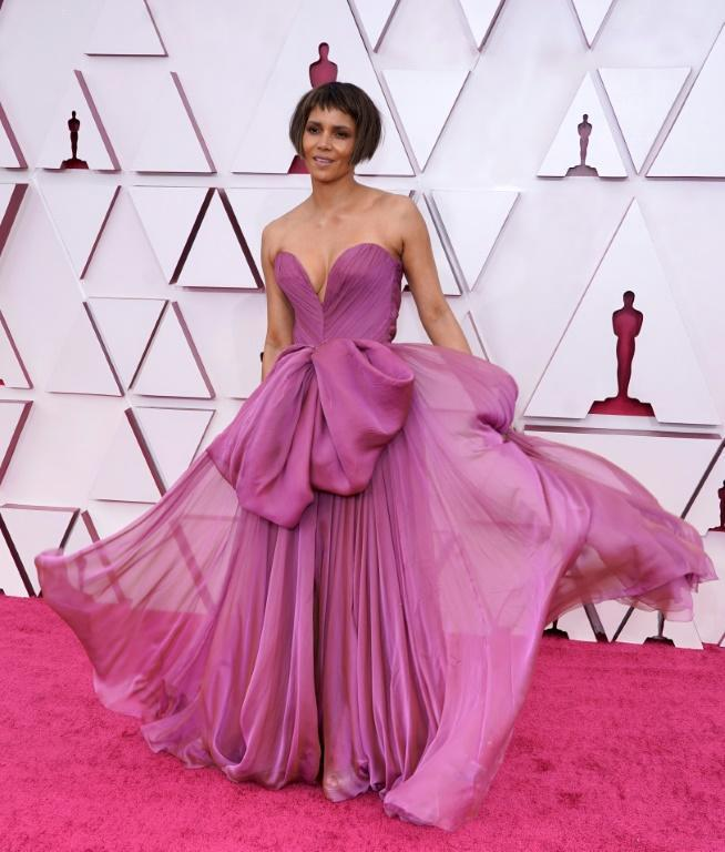 Actress Halle Berry rocked a new haircut and was pretty in purple at the Oscars