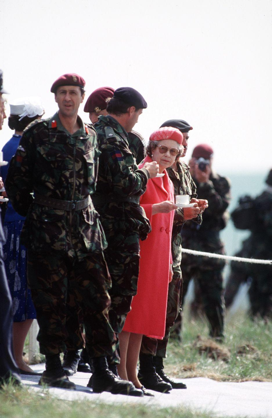<p>Queen Elizabeth gets a caffeine boost during a visit with the fifth Airbourne Brigade at Salisbury Plain.<br></p>