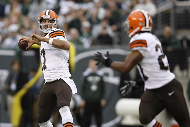 Cleveland Browns quarterback Jason Campbell (17) throws a pass to Edwin Baker (27) during the first half of an NFL football game against the New York Jets, Sunday, Dec. 22, 2013, in East Rutherford, N.J. (AP Photo/Kathy Willens)