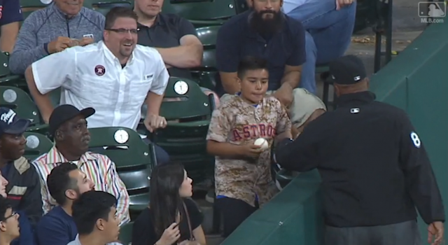 Laz Diaz pranks a kid at the Astros-Mariners game. (MLB.com)