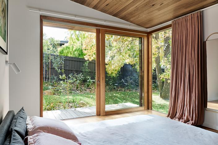 """<div class=""""caption""""> The sliding doors provide light and warmth in the bedroom </div> <cite class=""""credit""""><a href=""""http://www.tesskelly.net/"""" rel=""""nofollow noopener"""" target=""""_blank"""" data-ylk=""""slk:Tess Kelly"""" class=""""link rapid-noclick-resp"""">Tess Kelly</a></cite>"""
