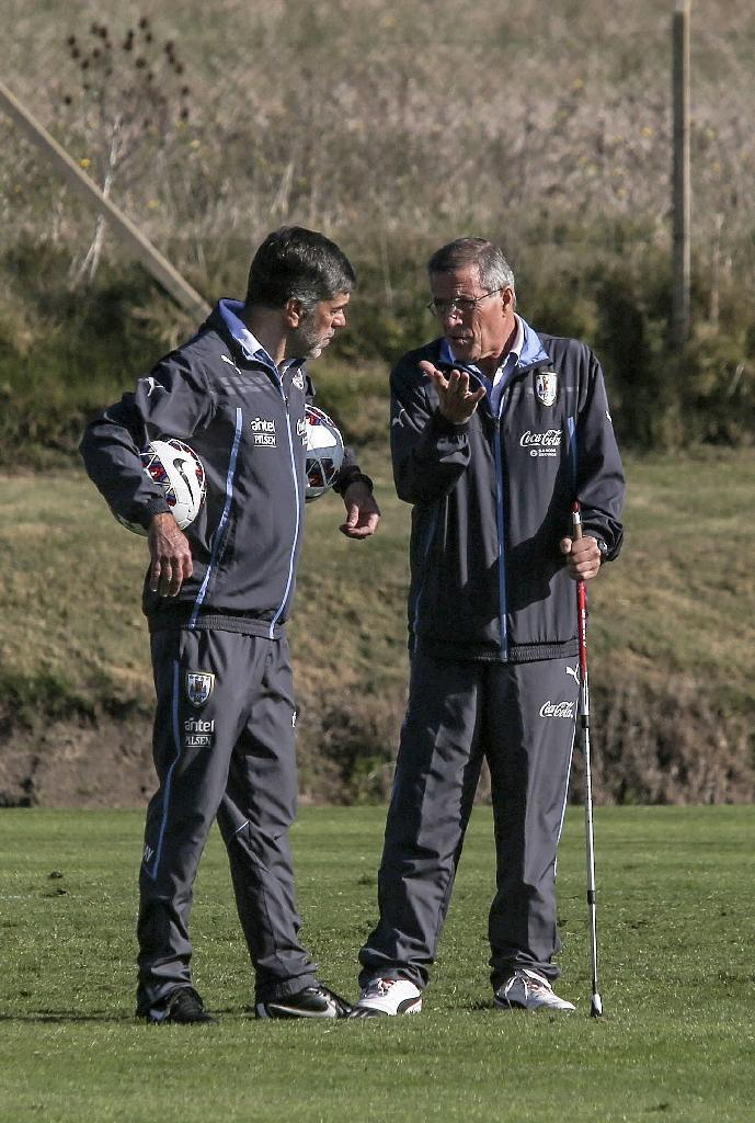 Uruguay's coach Oscar Washington Tabarez (R) talks to assistant Jose Herrera during a training session of the national team, at the Complejo Celeste training complex near Montevideo, on June 1, 2015 (AFP Photo/Pablo Bielli)