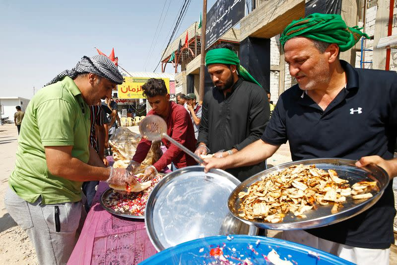 Undeterred by virus, Iraqi volunteers cater for thousands of Arbaeen pilgrims in Baghdad