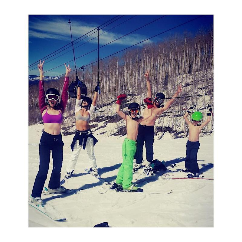 0241af44ff Kate Hudson Shows Off Insane Abs While Skiing in Her Sports Bra ...