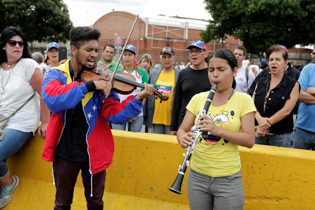 <p>Opposition supporters play music while participating in an avenue blockade during a rally against President Nicolas Maduro in Caracas, Venezuela, May 15, 2017. (Photo: Christian Veron/Reuters) </p>