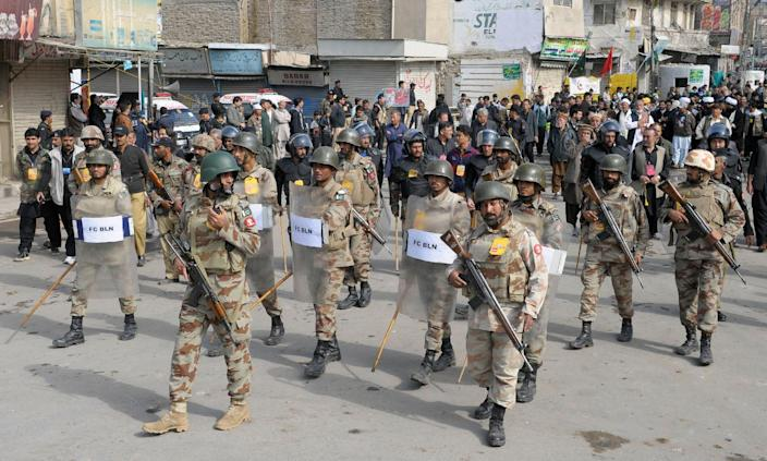 Pakistani paramilitary soldiers patrol a street during a Shiite Muslim religious procession marking Ashura in Quetta on November 4, 2014 (AFP Photo/Banaras Khan)