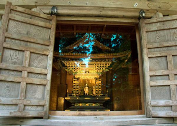 ▲ You can see inside the small shrine through the glass panel a figure of Mitsumune astride a white horse.