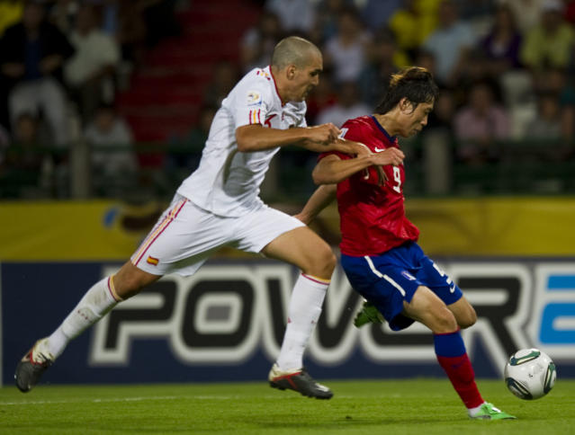 Spain's Antonio Luna (L) vies for the ball with Korea Republic's Kim Kyun during the FIFA's Under-20 World Cup match held at Palo Grande stadium in Manizales on Augst 10, 2011. AFP PHOTO /Luis Acosta (Photo credit should read LUIS ACOSTA/AFP/Getty Images)